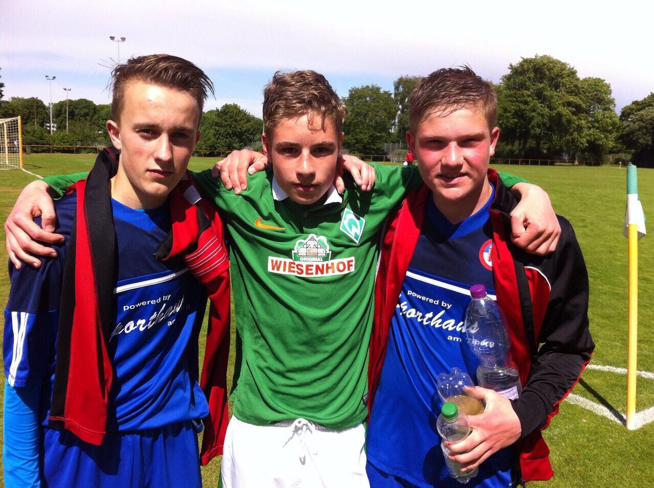 David und seine ehemaligen Mannschaftskollegen Blerim und Lennart nach dem Punktspiel Werder Bremen-Eintracht Norderstedt genau vor einem Jahr.